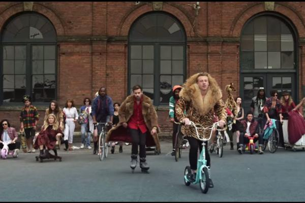 Embedded thumbnail for MACKLEMORE & RYAN LEWIS - THRIFT SHOP FEAT. WANZ